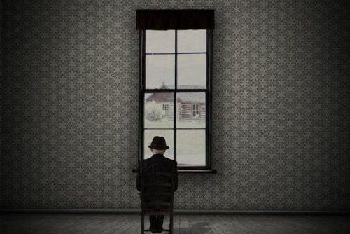 Starszy człowiek w pokoju