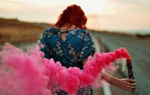 Życie - kobieta z kolorową racą