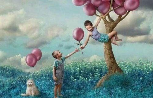 Życzliwość u chłopców bawiących się na drzewie