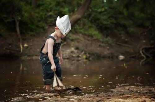 Chłopiec bawiący się łódką