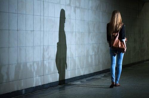 Trudne sytuacje - cień na ścianie