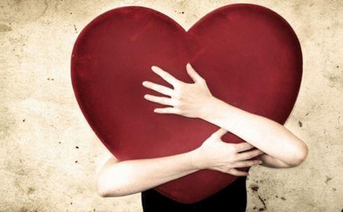 Człowiek przytula serce