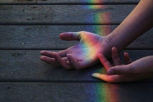 Marzenia jako promień świetlny padający na dłonie