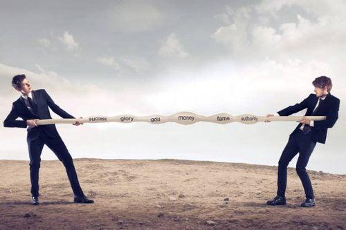 Dwóch mężczyzn rozciągają linę potrzeb
