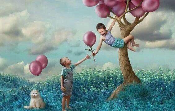 chłopiec podaje drugiemu balon