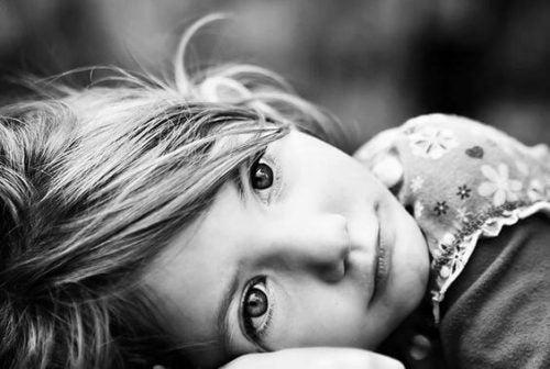 Dziecko wpatrzone w dal