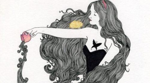 Dziewczyna wylewa zawartość kubka