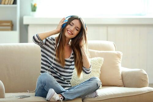 dziewczyna, która słucha muzyki.