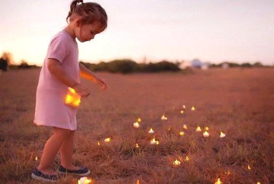 dziewczynka zbiera światełka