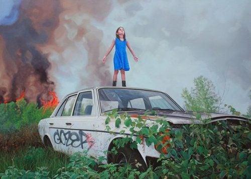 Dziewczynka bohater stojąca na dachu samochodu