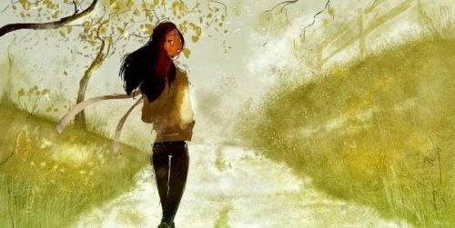 Dziewczyna, która spaceruje po parku.