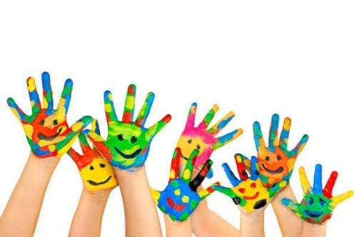 Dłonie w różnych kolorach i z namalowanymi uśmiechami