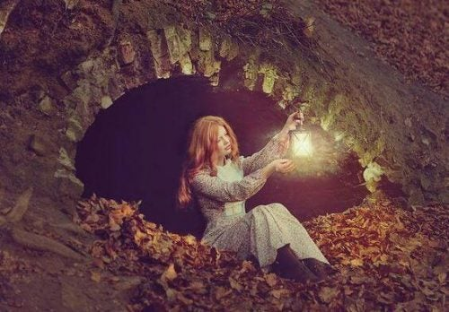 Kobieta trzymająca zapaloną latarnię