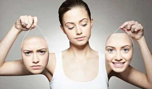 Kobieta trzymająca dwie swoje twarze