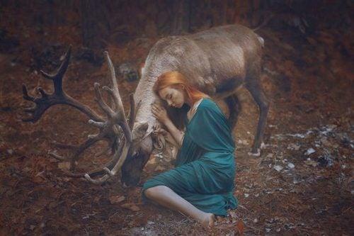 Kobieta obejmujaca jelenia