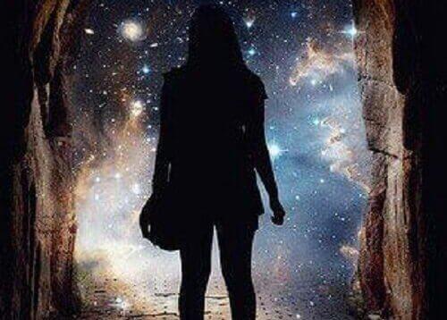 Kobieta patrząca na gwiaździste niebo