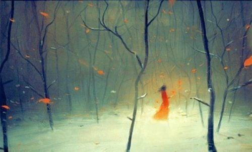 Samotna kobieta pośród drzew