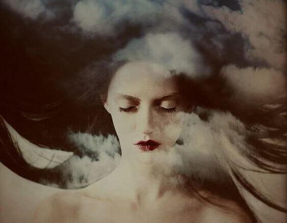 kobieta z zamkniętymi oczami, w chmurach