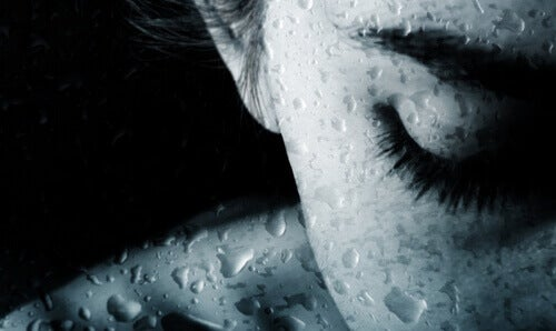 Kobieta za mokrym szkłem