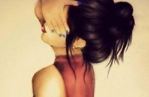 Kobieta zasłaniająca oczy - inni nie akceptują