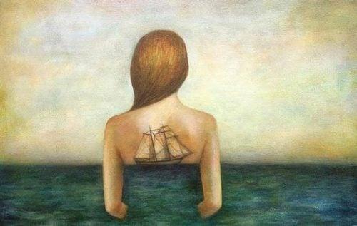 Płynący statek we tle plec dziewczyny