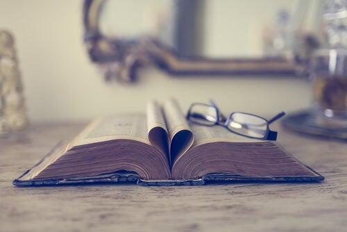 Okulary leżące na otwartej książce