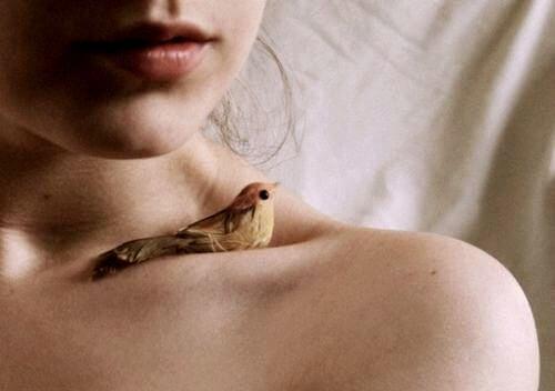 Dziewczyna z ptaszkiem na ramieniu