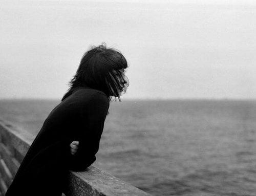 Samotna dziewczyna nad wodą