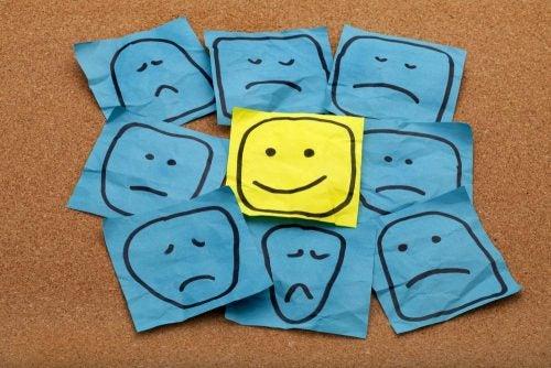 Szczęście jako uśmiechnięta twarz pośród smutnych