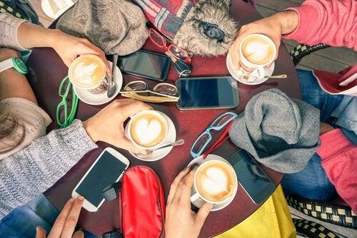 stolik w kawiarni