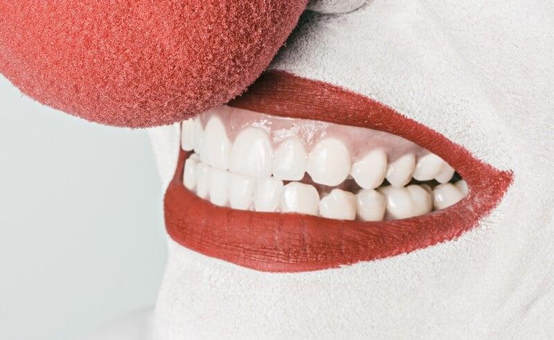 Uśmiechnięta kobieta z czerwonym nosem, emocje
