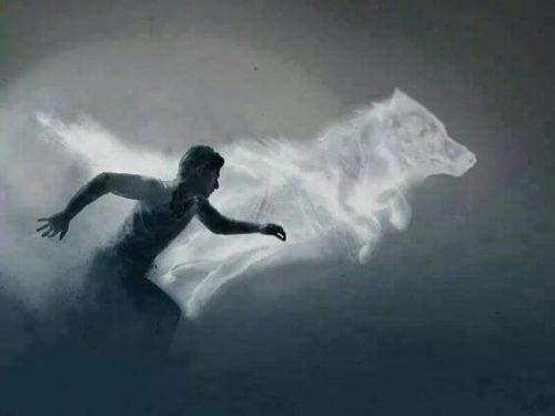 Biegnący mężczyzna i wilk