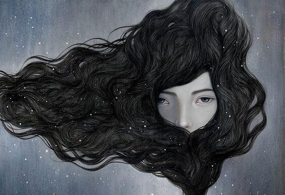 Kobieta z włosami dookoła twarzy.