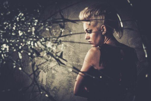 Złość otaczająca kobietę w postaci stalowych cierni