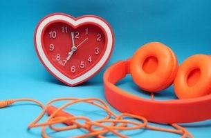 muzyka? zegar w kształcie serca i słuchawki