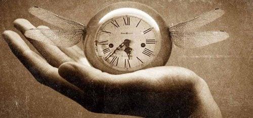 Zegar ze skrzydłami na dłoni