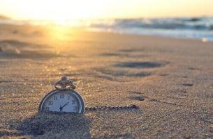 Zegarek zakopany w piasku na plaży