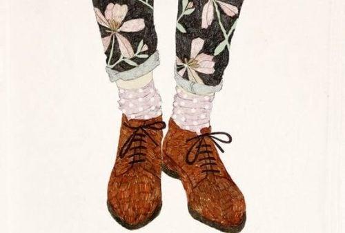Brązowe buty i różowe skarpetki