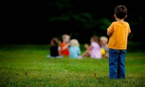 Chłopiec z dala od innych dzieci