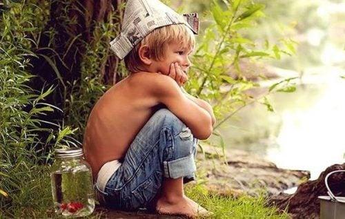 Chłopiec w czapce z gazety