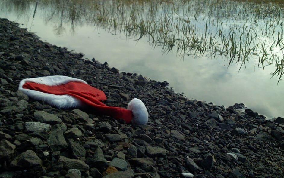 Czapka Mikołaja leży nad rzeką.