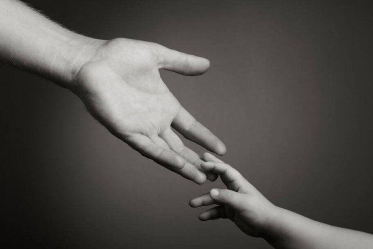 Nigdy cię nie opuszczę. Dorosły wyciąga rękę do dziecka.