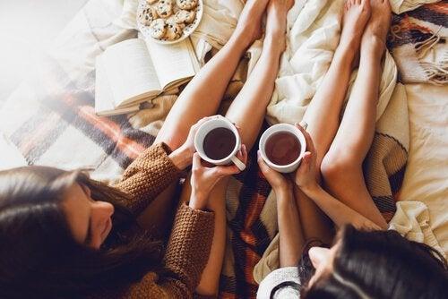 Dwie kobiety rozmawiają przy kawie