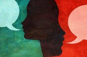 Dwie sylwetki, które prowadzą rozmowę.