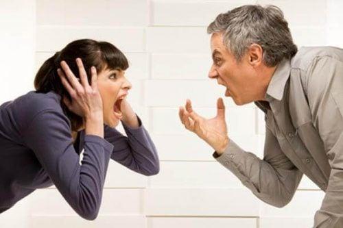 Dwoje ludzi walczy i krzyczy