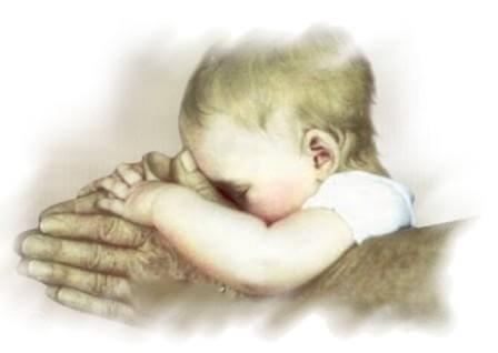 Dziecko trzymane w dłoniach.