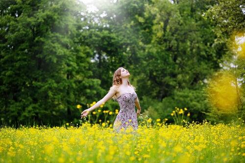 Energia dziewczyny na łące pełnej kwiatów.