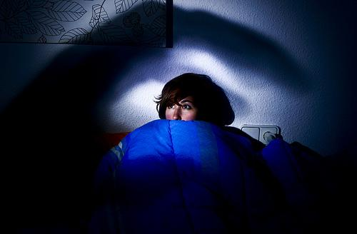 Przestraszona dziewczyna w nocy.