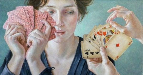 Dziewczyna trzyma karty w dłoni.