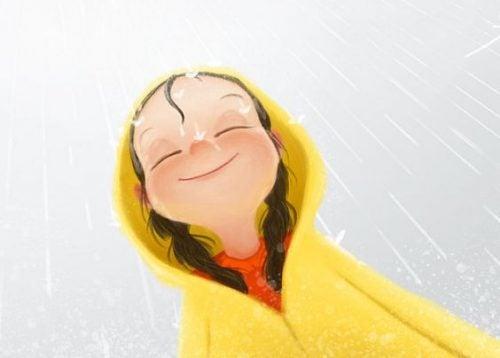 Dziewczyna uśmiecha się pod deszczem